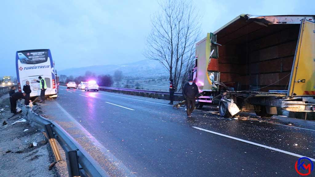 Gerede 'de Yolcu Otobüsü Araza Yapan Kamyona Çarptı: 3 Yaralı