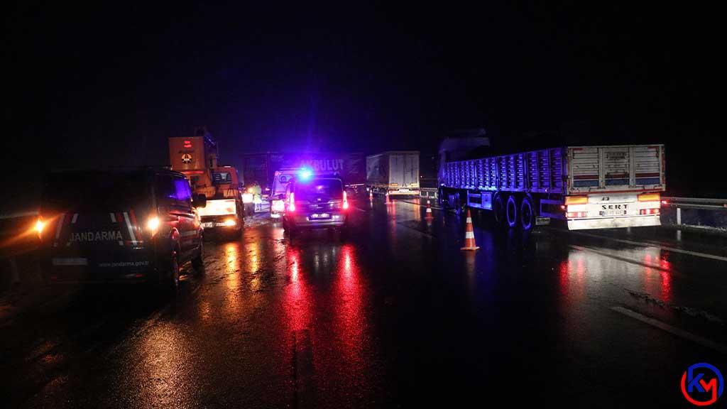 TEM'de, Bariyerlere Çarpan Tırın Sürücüsü Aracın Ön Camından Yola Fırladı