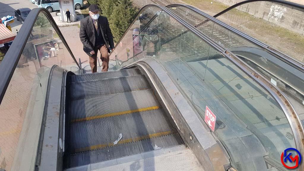 Yürüyen Merdivene Sıkışan Çocuk Ölümden Döndü