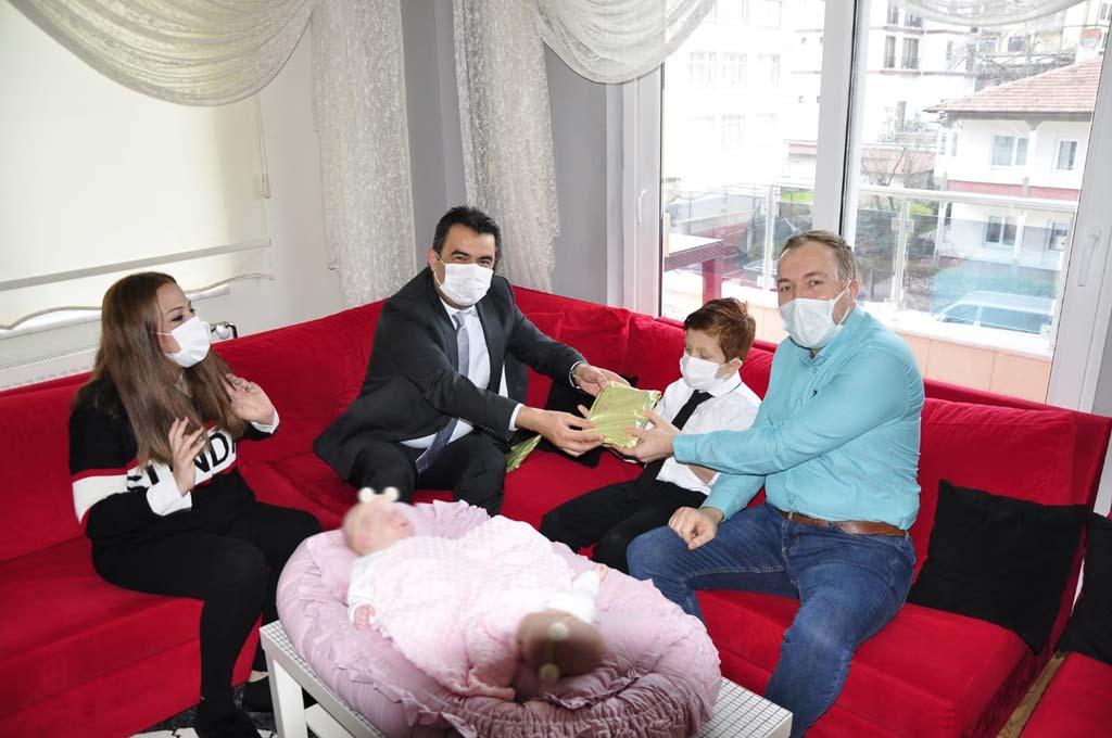 Safranbolu 'da Yeni Doğan Çocuklara Patik ve Kitap Hediyesi