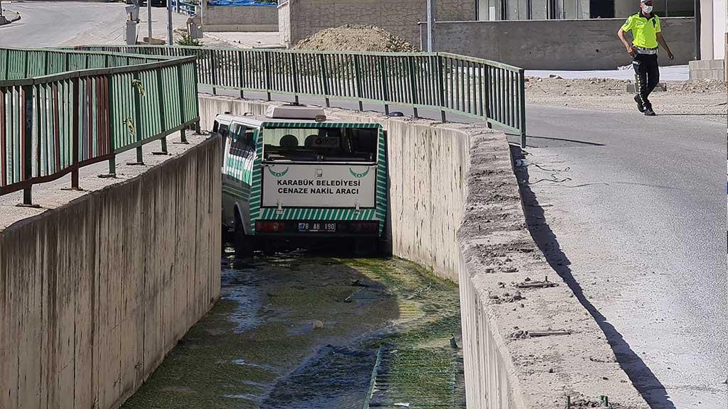 Karabük 'te Cenaze Aracı Kanala Uçtu