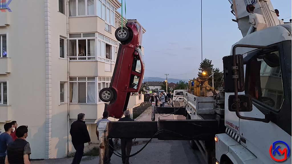 Safranbolu 'da Sürücüsünün Hakimiyetini Kaybettiği Kamyonet Apartmanın Bahçesine Düştü